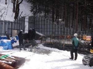 2015年2月に行われた大鹿村釜沢でのボーリング調査の様子。 2008年の調査では騒音のため一戸が移転。